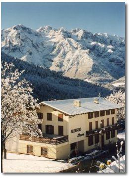 fotografia dell'albergo sotto la neve