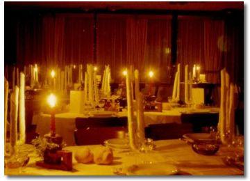 Immagine della sala da pranzo illuminata dalle candele