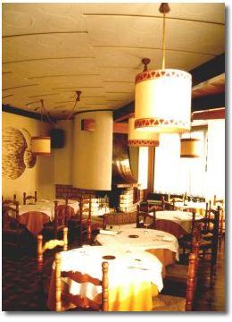 fotografia della sala da pranzo, illuminata dalle candele