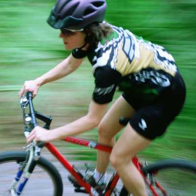 ragazza in mountain bike